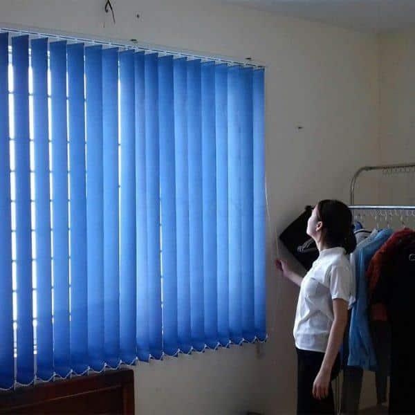 Rèm lá dọc cửa sổ kéo tay màu xanh – Hình thật
